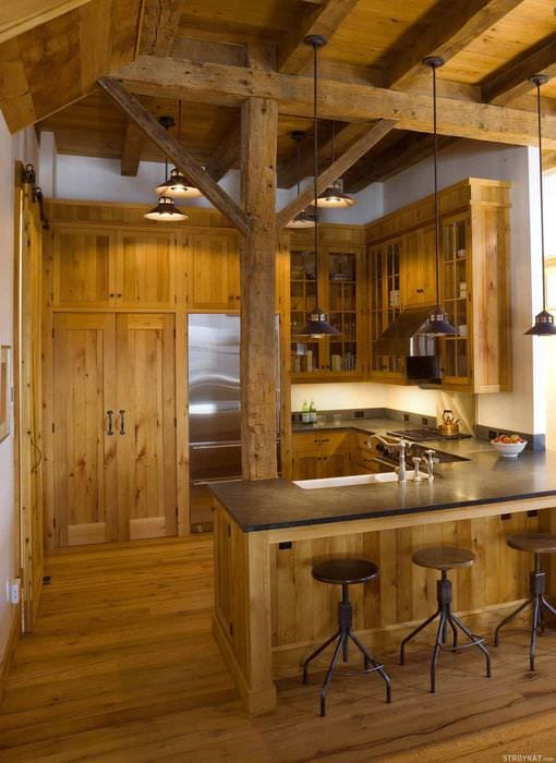 идея яркого интерьера кухни в деревенском стиле
