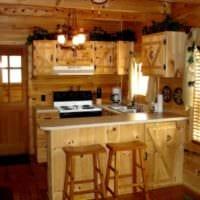 пример яркого декора кухни в деревянном доме фото