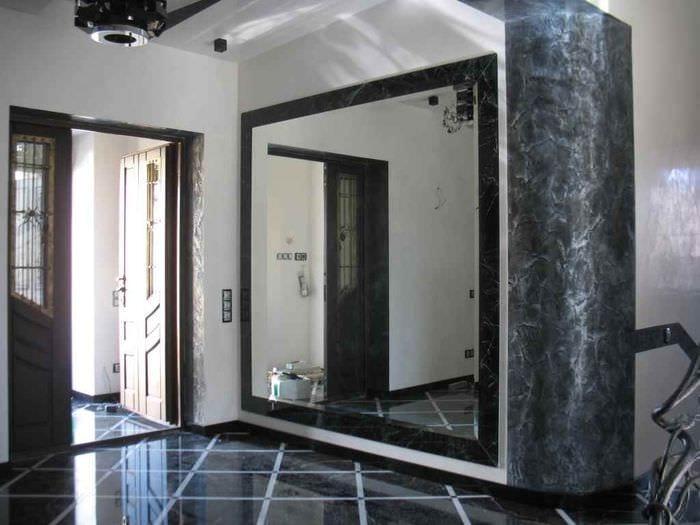 вариант яркого интерьера прихожей с зеркалами