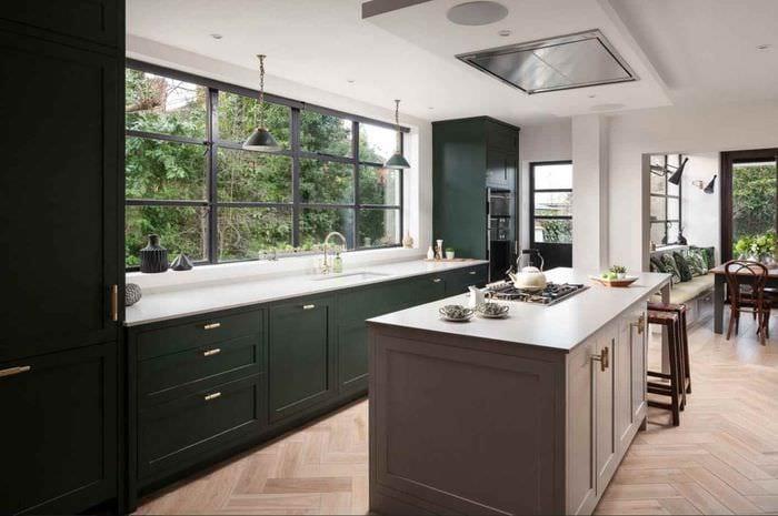 идея яркого интерьера кухни в загородном доме