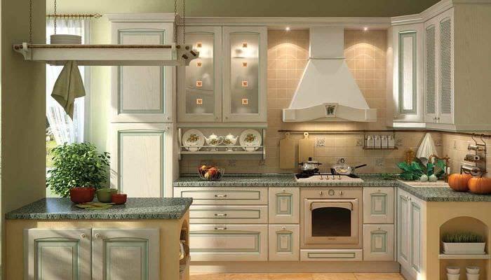 вариант светлого дизайна кухни в деревенском стиле