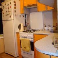 вариант яркого декора кухни с газовой колонкой картинка