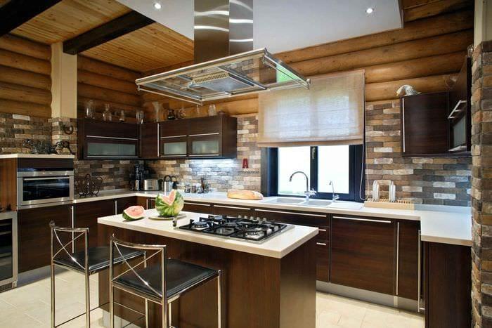 вариант необычного дизайна кухни в деревянном доме