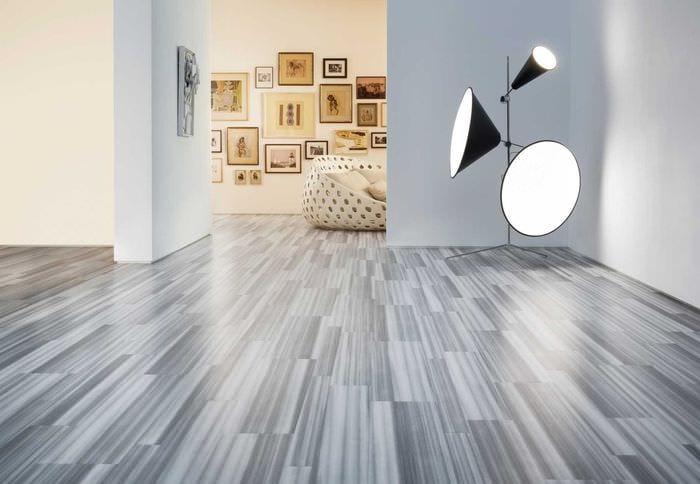 серый ламинат в дизайне гостиной
