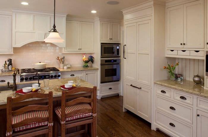 светлый дизайн кухни на даче