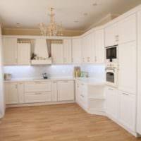 светлый дизайн кухни с коробом