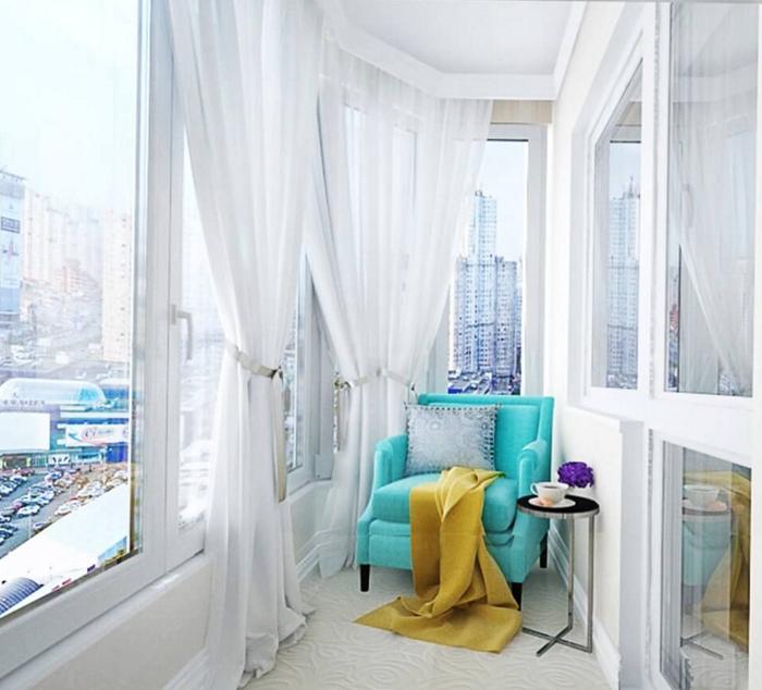 светлый дизайн балкона