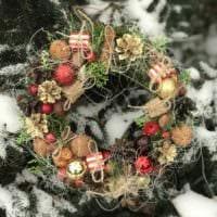 вариант применения светлого декора новогоднего венка своими руками фото
