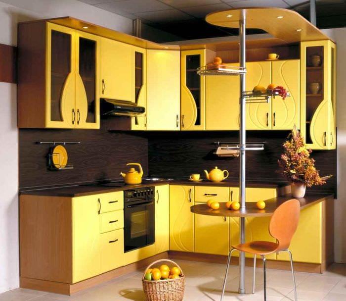 вариант использования красивого желтого цвета в дизайне квартиры