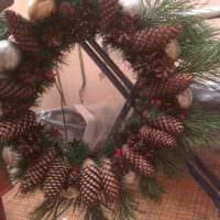 вариант использования яркого декора новогоднего венка своими руками фото