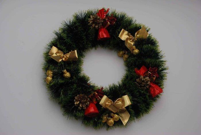 пример применения яркого декора новогоднего венка своими руками