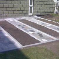 идея использования светлых садовых дорожек в дизайне двора картинка