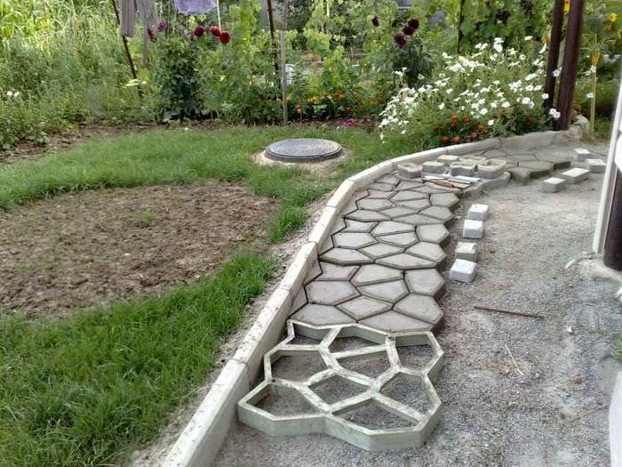 вариант применения светлых садовых дорожек в дизайне двора