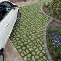 вариант использования необычных садовых дорожек в дизайне двора фото