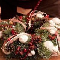идея применения светлого декора новогоднего венка своими руками картинка