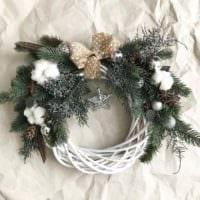 идея применения необычного декора новогоднего венка своими руками фото