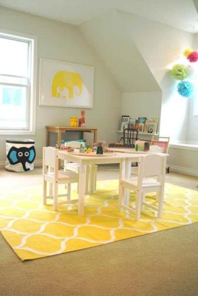 вариант использования необычного желтого цвета в дизайне квартиры картинка