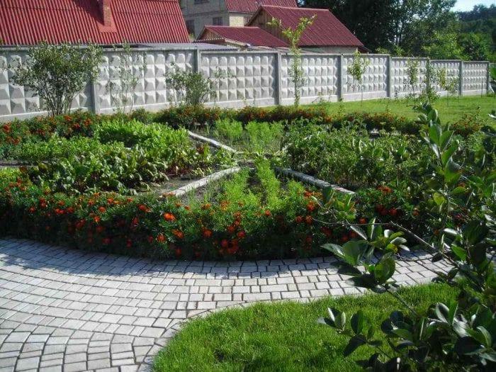 вариант красивого декора огорода в частном дворе