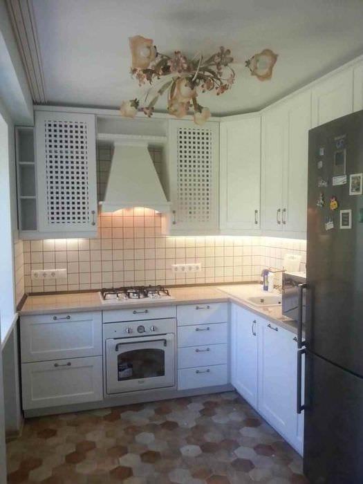 пример красивого интерьера кухни с газовой колонкой