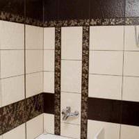 вариант яркого декора укладки плитки в ванной комнате картинка