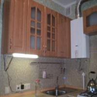 идея светлого стиля кухни с газовой колонкой картинка