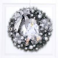 вариант использования светлого стиля новогоднего венка своими руками картинка