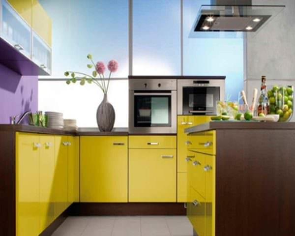 пример применения яркого желтого цвета в декоре комнаты фото