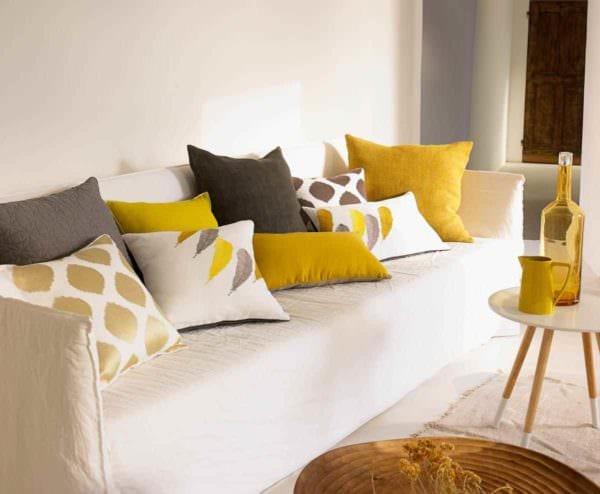 пример применения яркого желтого цвета в интерьере комнаты фото