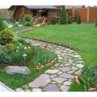 вариант применения необычных садовых дорожек фото
