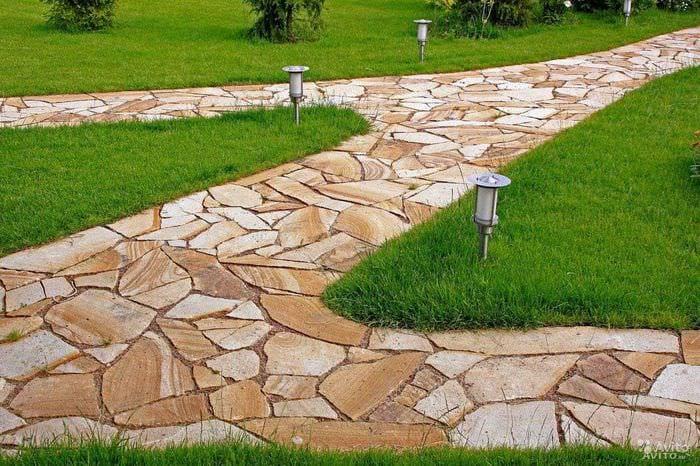 вариант использования необычных садовых дорожек в дизайне двора