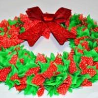 идея использования красивого декора новогоднего венка своими руками фото