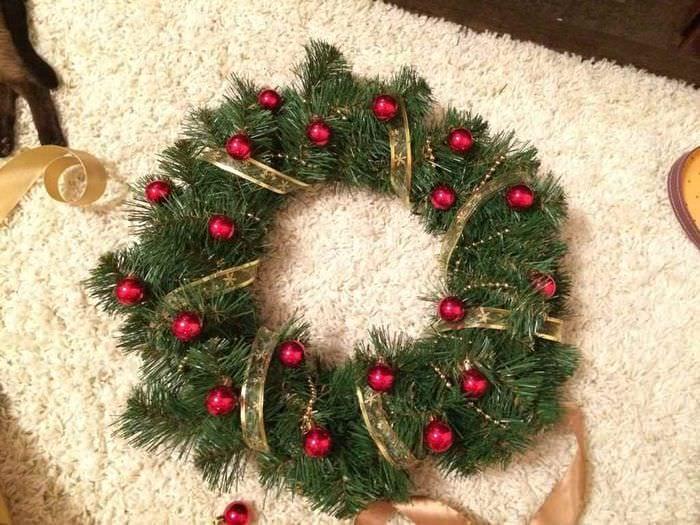 идея применения светлого декора новогоднего венка своими руками