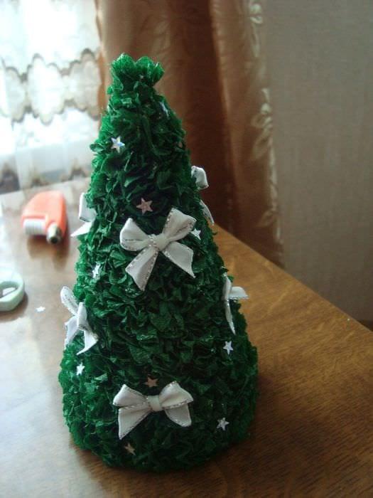 пример создания светлой елки из бумаги самостоятельно