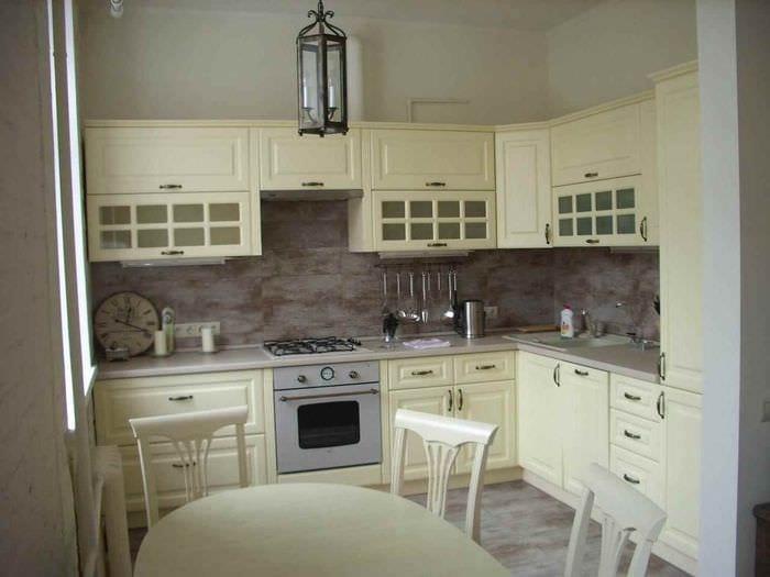 вариант светлого дизайна кухни 10 кв.м. серии п 44