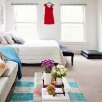 вариант светлого интерьера гостиной спальни фото