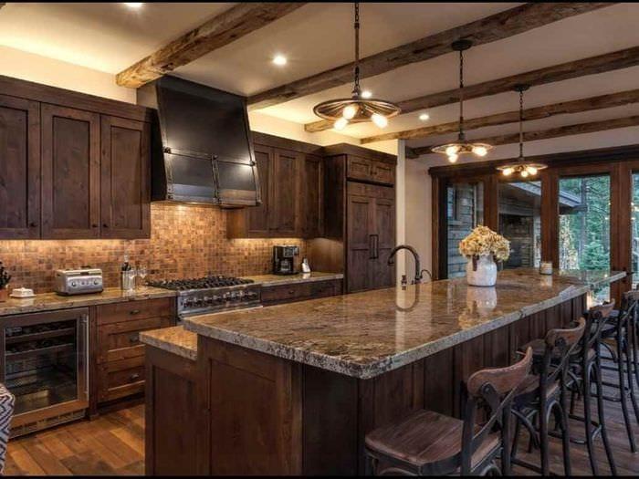 пример яркого стиля кухни в деревенском стиле
