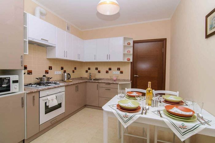 пример яркого стиля кухни 10 кв.м. серии п 44