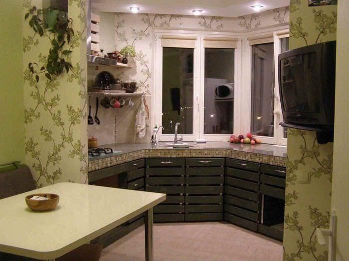идея яркого интерьера кухни 13 кв.м