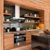 идея яркого дизайна кухни в деревянном доме фото