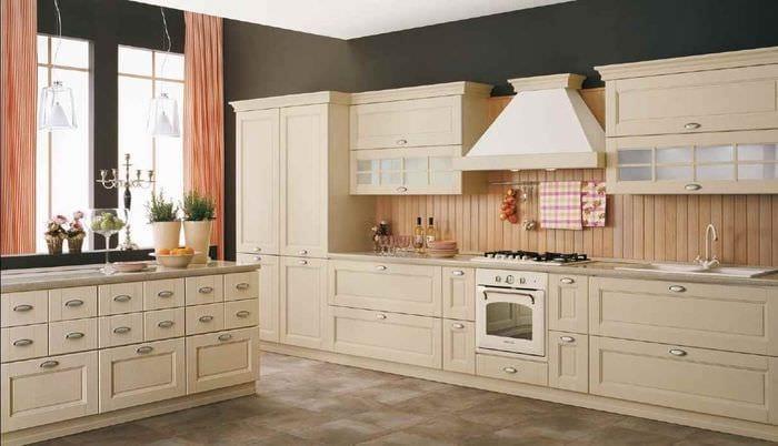 вариант светлого дизайна кухни в классическом стиле