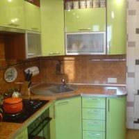 идея светлого декора кухни с газовой колонкой фото