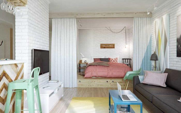 вариант яркого интерьера гостиной спальни