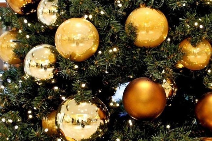 золотые игрушки на елку