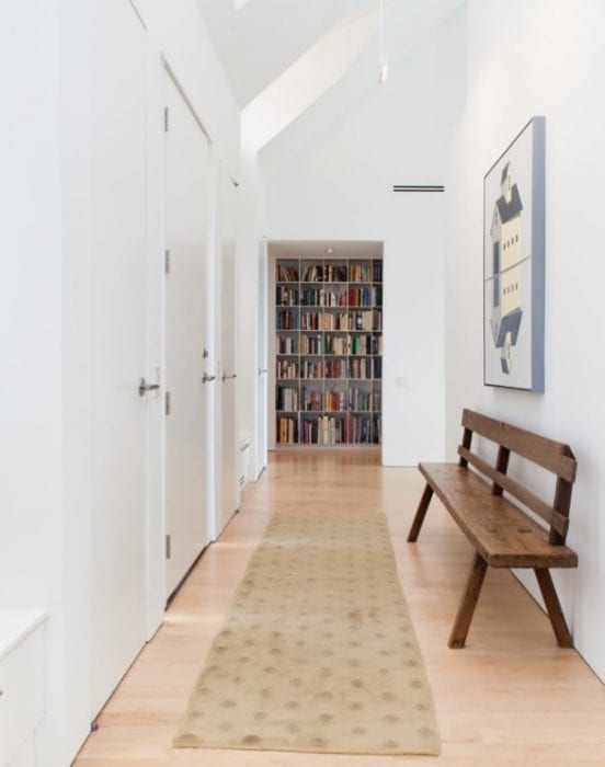 дизайн длинного белого коридора