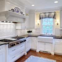 дизайн кухни с окном в белоснежных оттенках