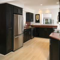 дизайн кухни с окном черная мебель