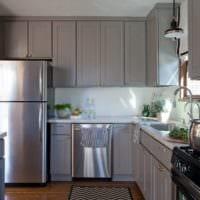дизайн кухни с окном серый гарнитур