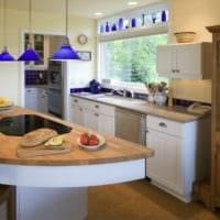 дизайн кухни с окном и синим декором