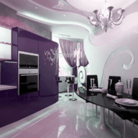 дизайн кухни с окном и фиолетовым гарнитуром
