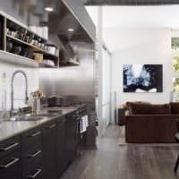дизайн кухни с окном хай тек